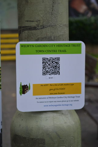 A QR plate mounted on a lamp post.